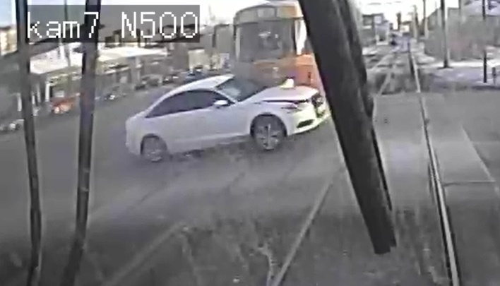 Мощное столкновение трамвая и Audi с номером «999» у «Карнавала» попало на видео