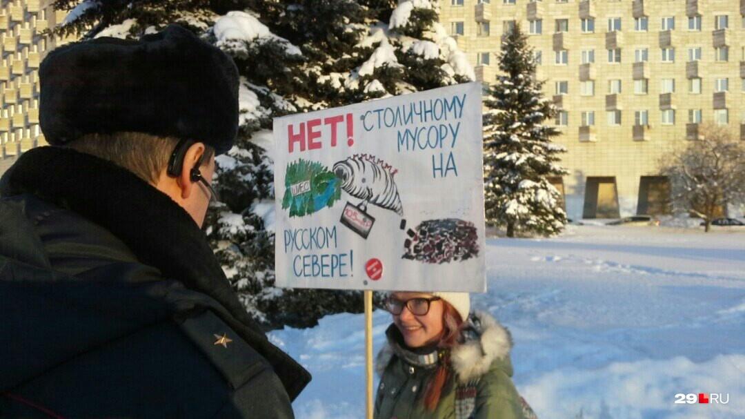 Майор полиции Алексей Огорелков общается с активисткой