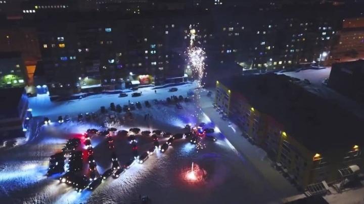 «Бесполезное занятие» vs «какие вы скучные»: в Норильске собрали автоелку из 60 машин