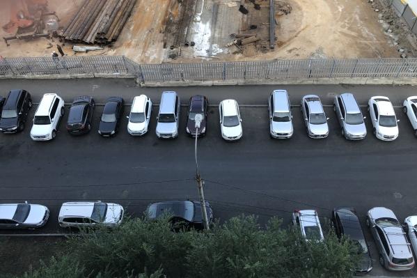 Машины заполонили улицу Алексея Толстого