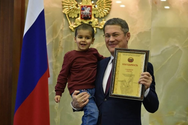 Алексей Гребешков спас от огня улицу. Он первым обратил внимание на горящий участок и попросил папу вызвать пожарных