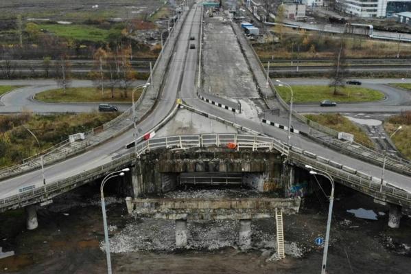 Часть моста разобрали