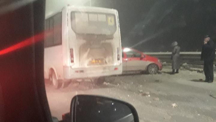 На тюменской объезднойавтобус протаранил иномарки и сбил пешеходов