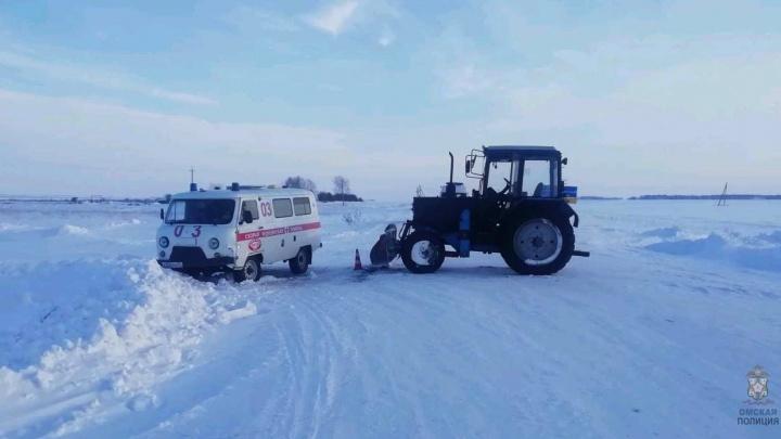 На трассе в Омской области столкнулись трактор и скорая: пострадала фельдшер