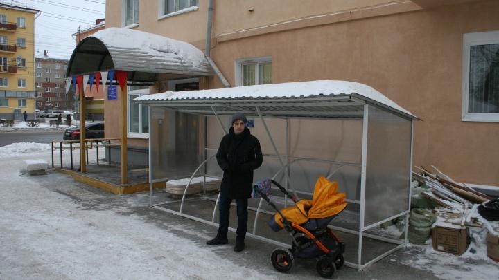 Возле омской поликлиники сделали парковку для детских колясок. Замки придётся приносить с собой