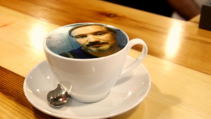 На Урицкого открылась потайная кофейня, в которой делают капучино с фотографиями на пенке