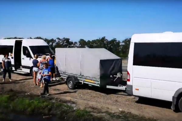 Из Ростова-на-Дону школьники и взрослые выехали на двух микроавтобусах, но позже разделились