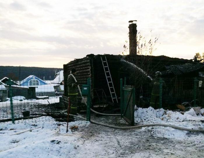 Деревянный дом быстро охватило огнём, поэтому действовать надо было незамедлительно
