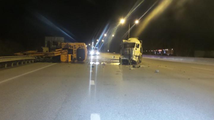 На Кольцовском тракте экскаватор опрокинулся на ограждение после столкновения с бетоновозом