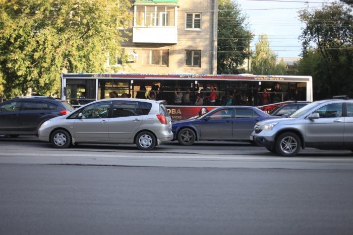 Сегодня утром серьёзная пробка скопилась около парка Кирова