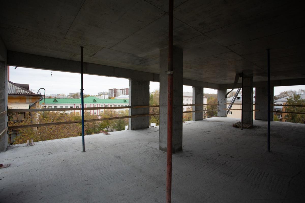 Здесь будут окна в пол, из которых видно гимназию № 37 с углубленным изучением немецкого языка