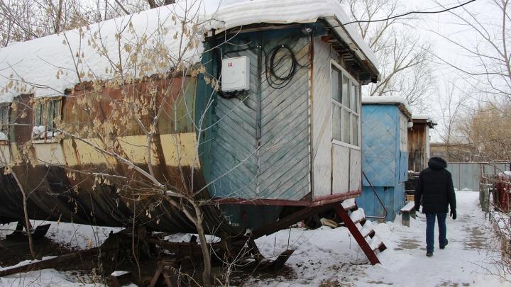 В железных бочках в Старом Кировске даже в морозы продолжают жить люди