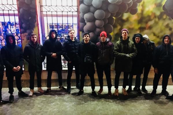 Молодые люди объединяются в группы для поимки преступника