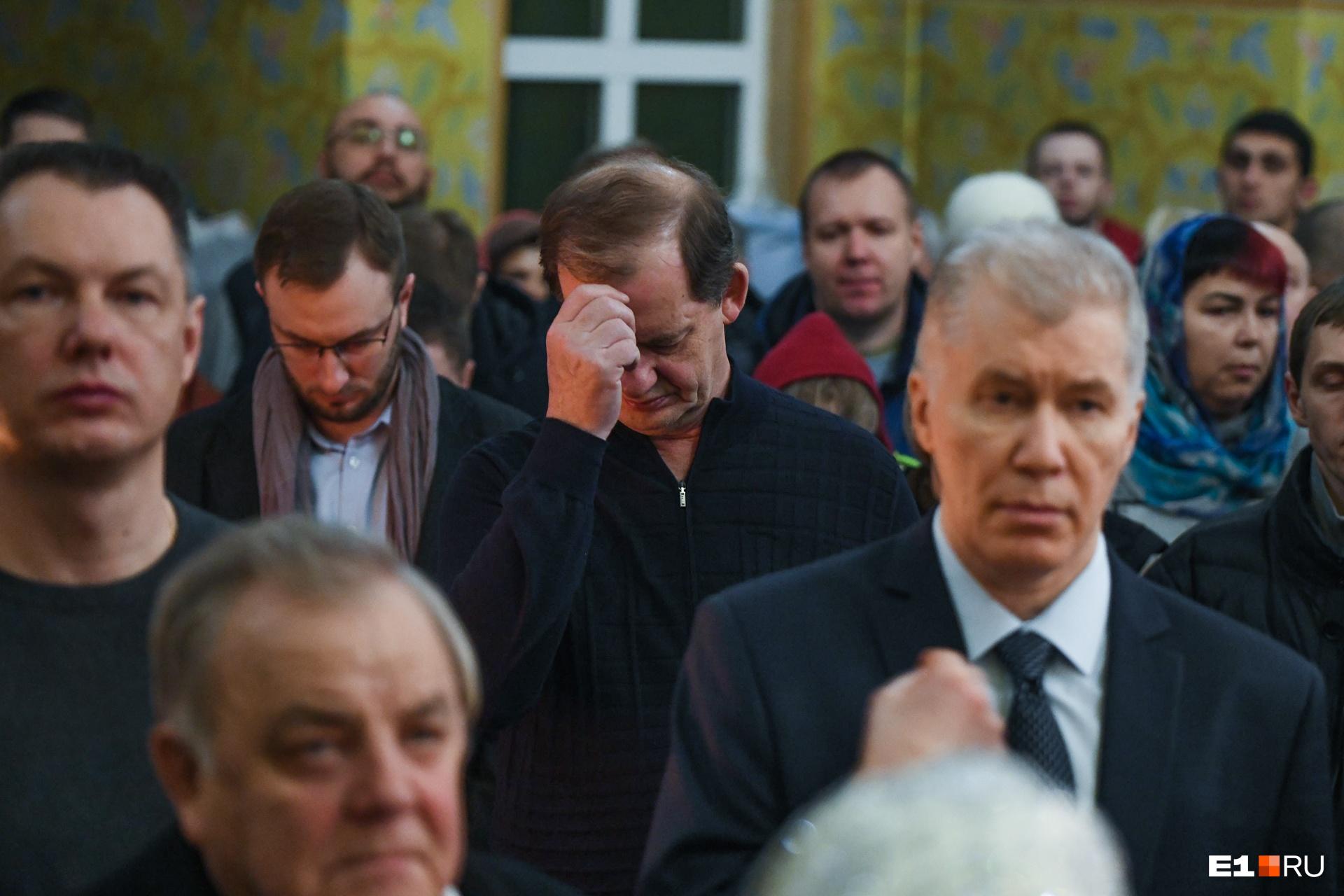 Постоянный гость праздничных богослужений в Свято-Троицком соборе — основатель и владелец ГК «Сима-ленд» Андрей Симановский (в центре)