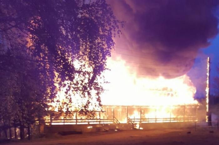 3-этажный корпус базы отдыха сгорел дотла