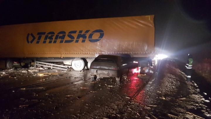 Кабина в кювете, кузов перекрыл дорогу. На трассе под Березниками произошла массовая авария с фурой