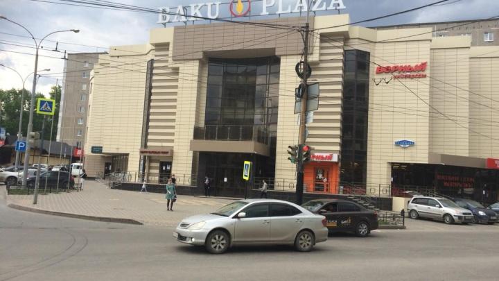 В Пионерском поселке приставы опечатали торговый центр Baku Plaza
