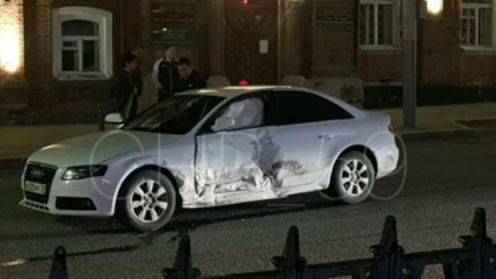 В центре Перми иномарка проехала на красный и врезалась в машину такси. Видео