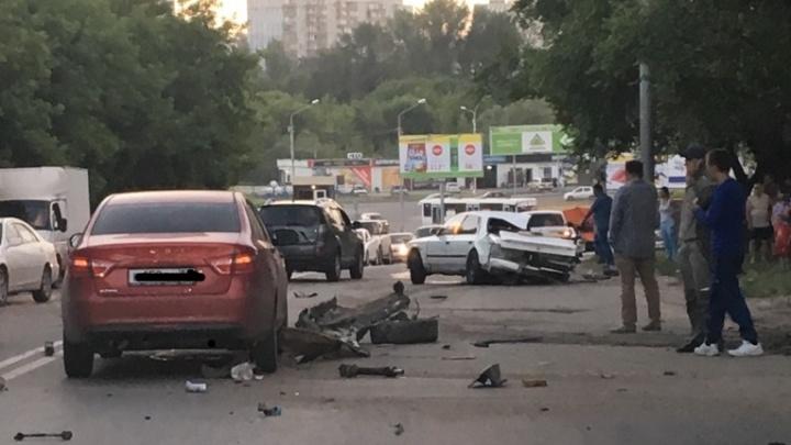В Калининском районе «Тойота» перевернулась и рассыпалась на дороге (обновлено)