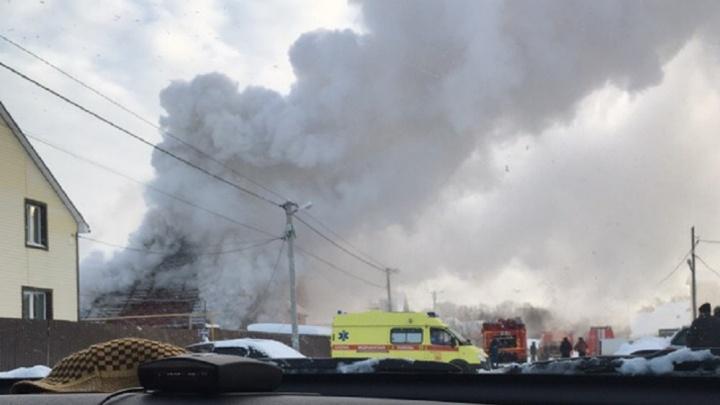 Во время пожара в Московском огонь повредил Land Cruiser Prado и квадроцикл. У хозяина дома — ожоги