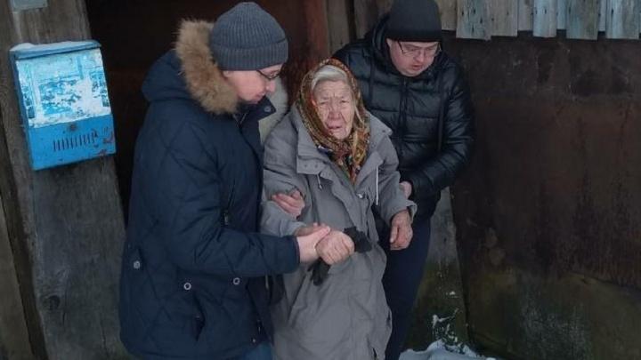 Нет тепла и воды, пенсию забирают: в Прикамье спасают бабушку, которая живет в разваливающемся доме