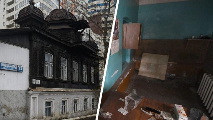 Полиция съехала из памятника архитектуры в Екатеринбурге, оставив горы мусора и открытые двери
