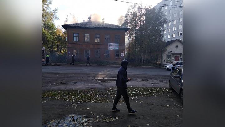 «Стрелял шифер, был едкий запах»: в центре Архангельска горел расселённый деревянный дом