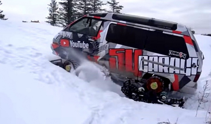 Микроавтобус-вездеход штурмует холм