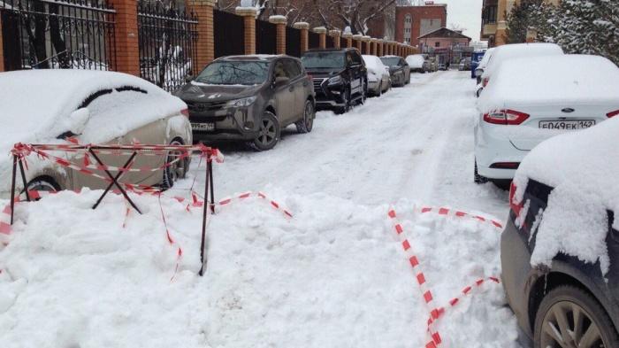 Жители высотки на Державина, 49 обнаружили перекрытый выезд из двора утром 13 ноября