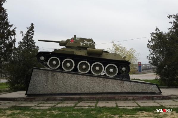 Грозный танк украшает площадь перед Судоверфью