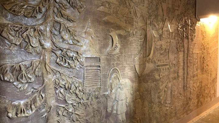 Самый красивый подъезд нашли в Северном, с удивительными панно на стенах