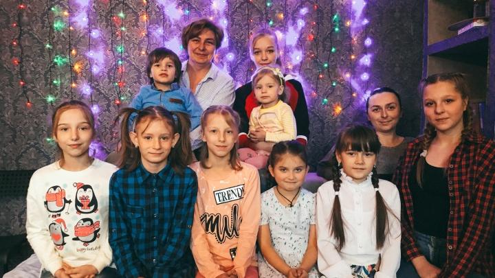 Дети не для государства: выпавшая из окна девочка готовится встречать Новый год в другой семье