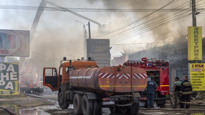 Крупный пожар на оптовой базе в Волгограде: спустя три часа в МЧС сообщили о ликвидации