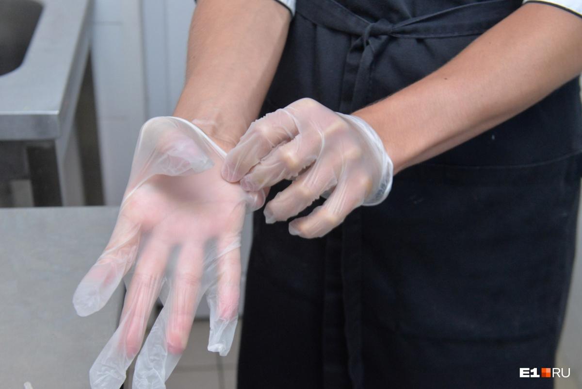 Для этого кулинар надевает перчатки, потому что эти продукты не будут подвергаться термической обработке