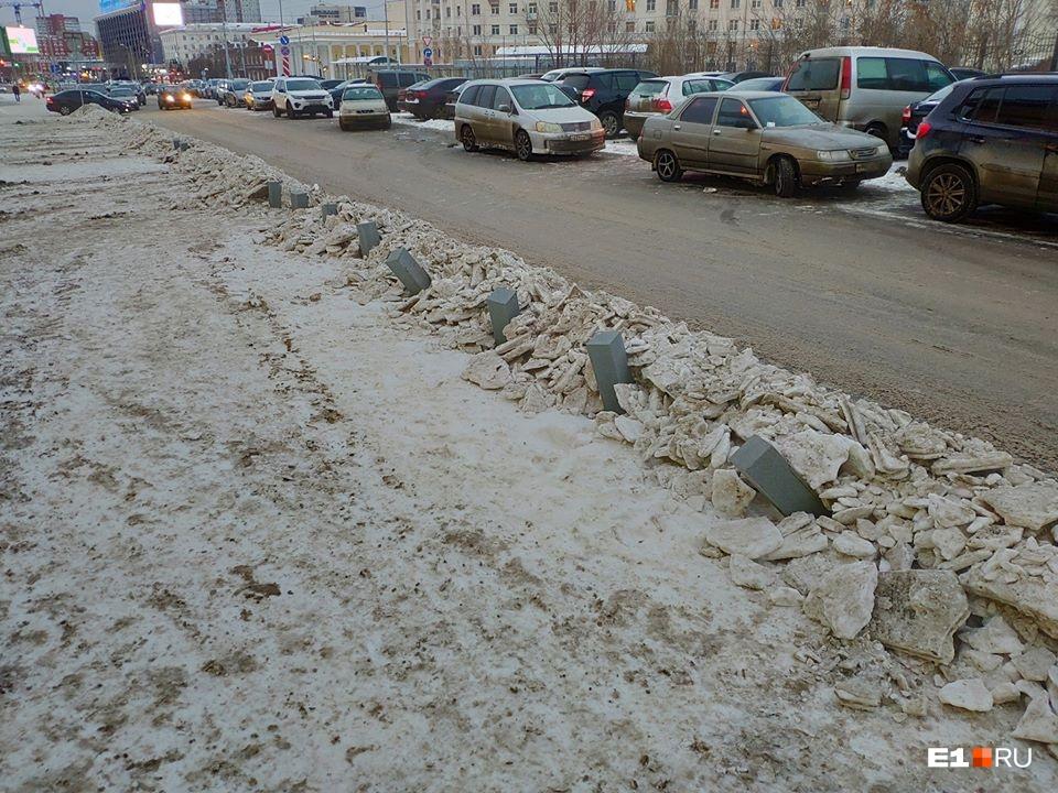 Вот так, например, выглядит парковка у ТЦ «Свердловск»