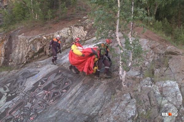 Со скалы погибшего спустили спасатели