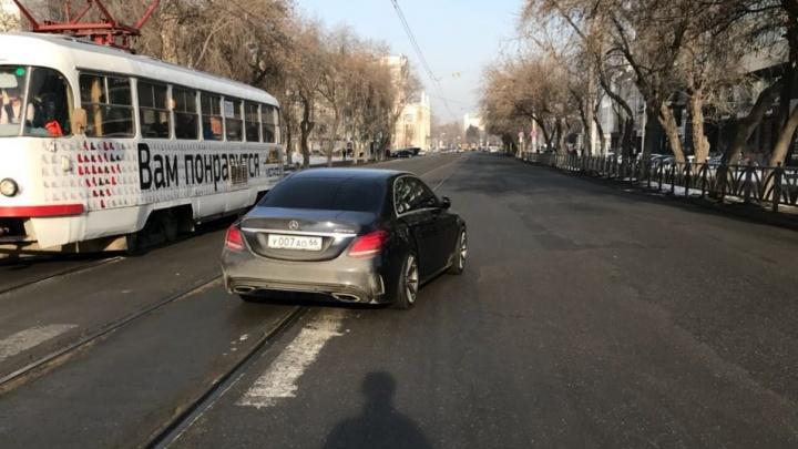 В центре Екатеринбурга пьяный водитель сбил дедушку, который вёз коляску с новорождённым ребёнком