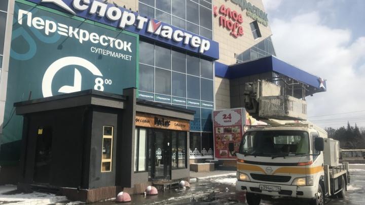 «Собственники тянут до последнего»: торговый комплекс в центре Челябинска зачистили от рекламы