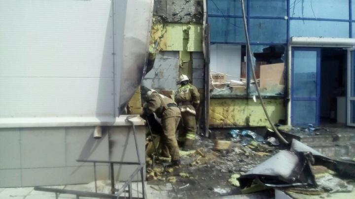 Людей выводили в дыхательных масках: в Каменске-Уральском потушили крупный пожар на вещевом рынке