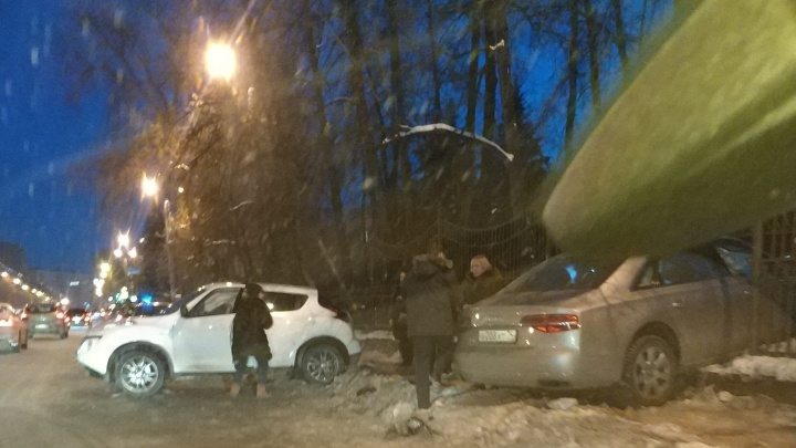 «Пробил чугунный забор парка»: авария парализовала движение трамваев в центр Челябинска