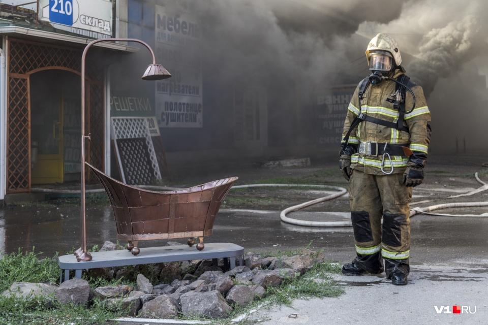 Тушить горящие склады волгоградским пожарным приходится ежегодно