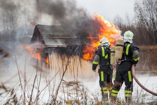 Когда спасатели приехали, баня уже полностью сгорела