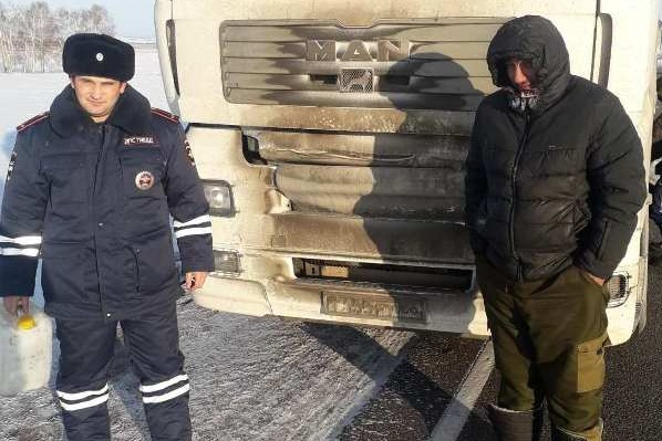 Дальнобойщик застрял в мороз на трассе из-за замерзшего дизельного топлива