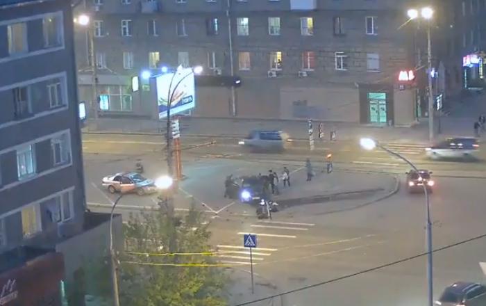 Водитель Skoda снес светофор в центре Новосибирска (видео)