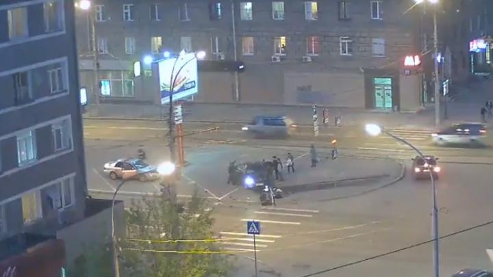 Водитель Skoda снес светофор в центре Новосибирска