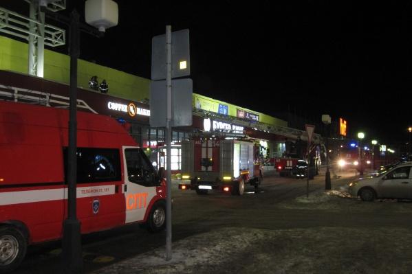 По словам очевидцев, спасатели приехали в торговый центр после полуночи