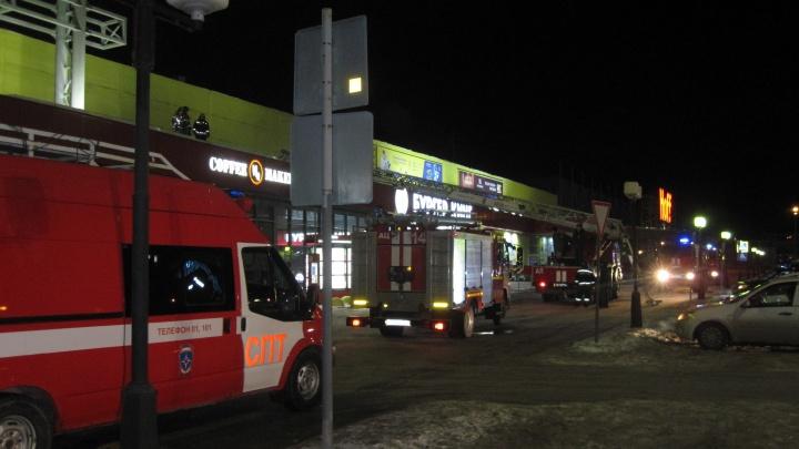 Ночью в Тюмени из-за короткого замыкания эвакуировали посетителей гипермаркета