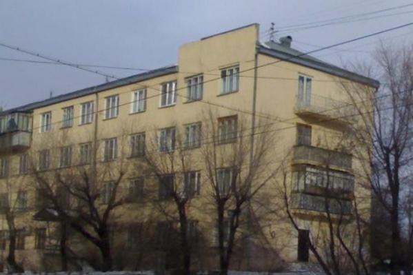 Тело мужчины обнаружили во дворе этого дома на улице Российской