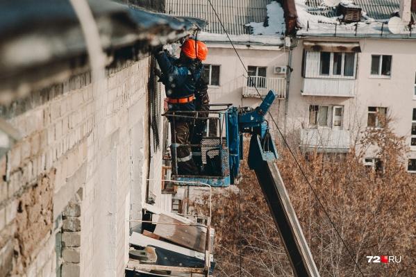 Подрядчики, ремонтирующие кирпичную кладку, огородили опасный участок стены металлической сеткой<br>