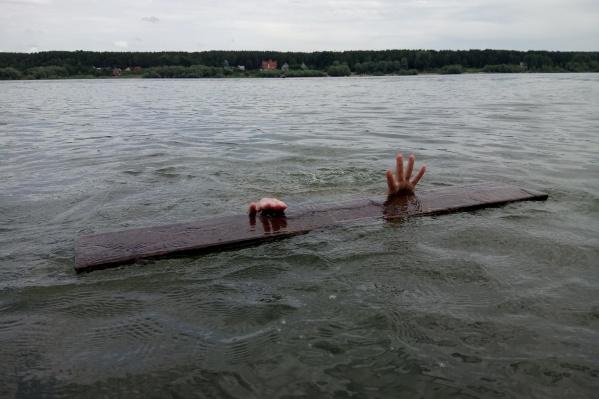 Человек упал в воду и перестал подавать признаки жизни